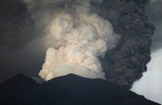 В Бали извергается вулкан: туристам не повезло