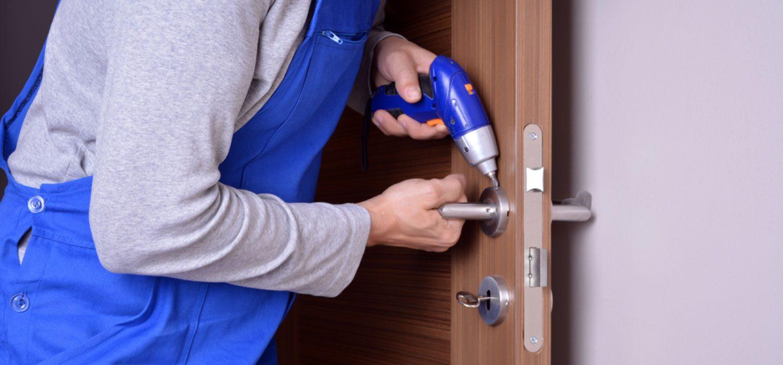 Как выполнить установку замка в дверь?