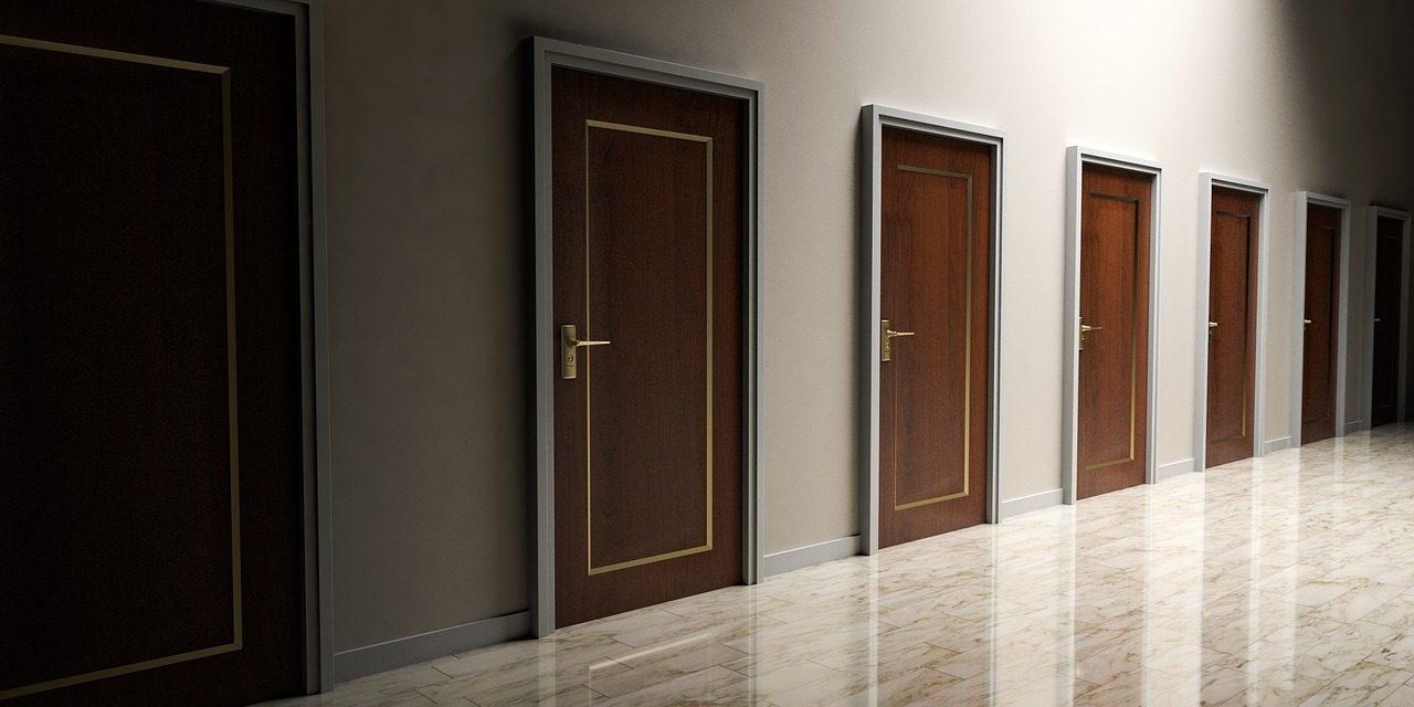 С каким покрытием выбрать межкомнатную дверь?